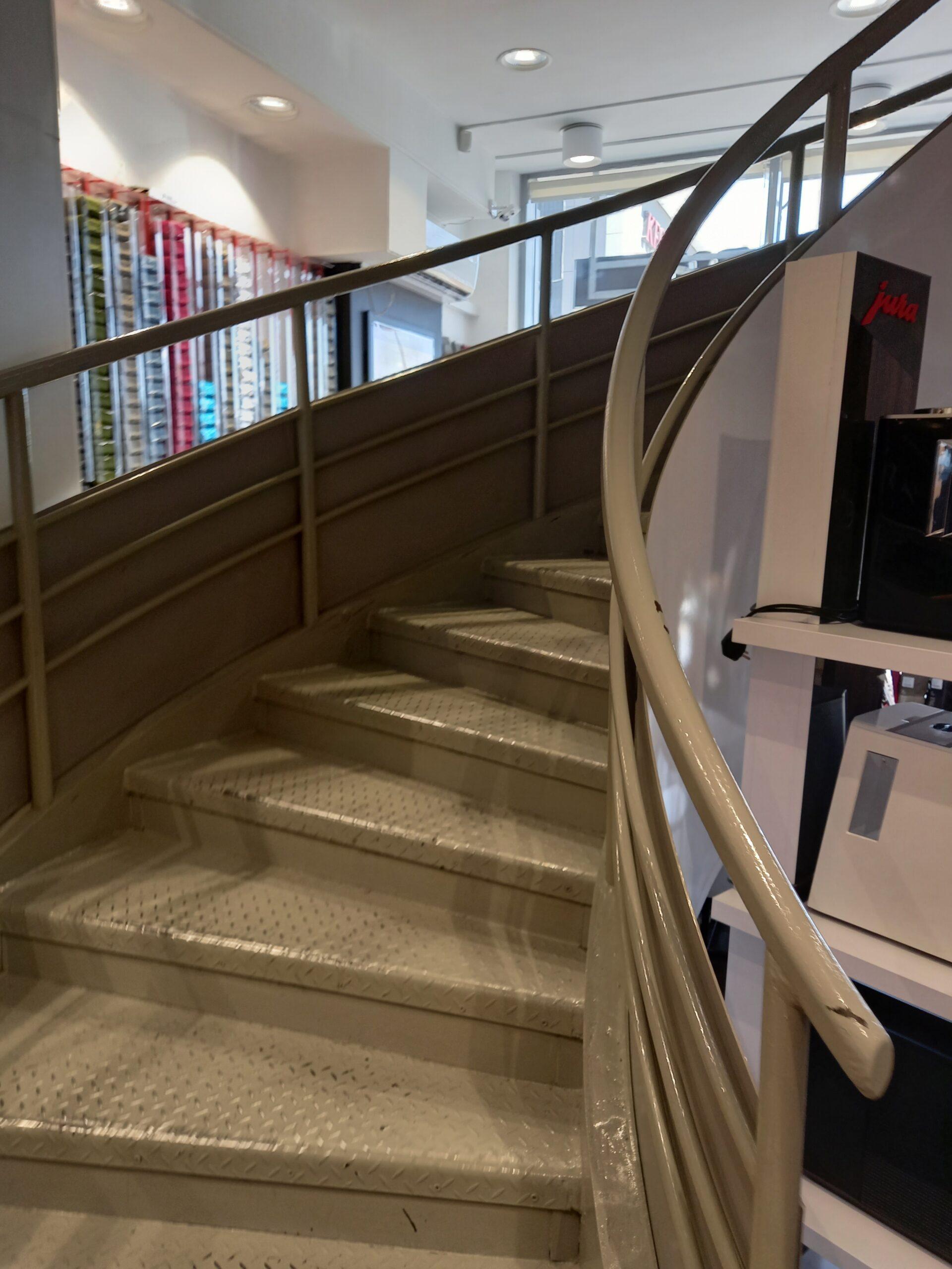 Международная Доставка в Киеве - Лестница на 2 этаж Степана Бандери 21